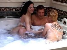 Sensual tranny in bath in threesome